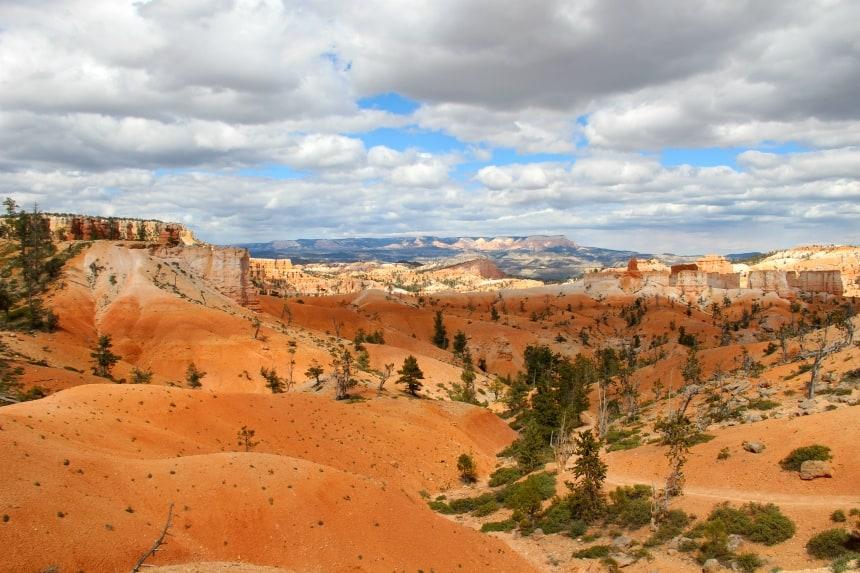 Bryce Canyon heeft rotsen in rode, oranje en gele kleuren
