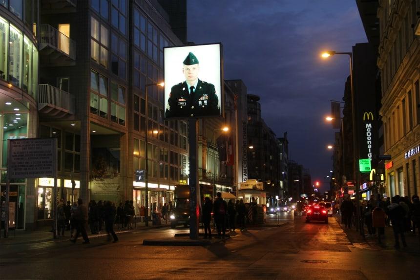 Checkpoint Charlie is de beroemde voormalige grensovergang tussen West- en Oost-Berlijn