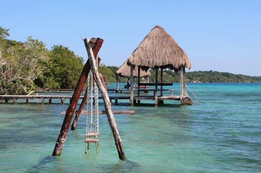 De lagune van Bacalar staat bekend om de vele tinten blauw