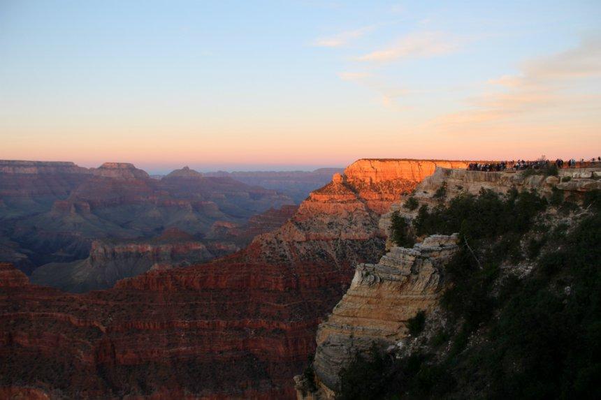 De zonsondergang bekijken is een hoogtepunt van je bezoek aan de Grand Canyon