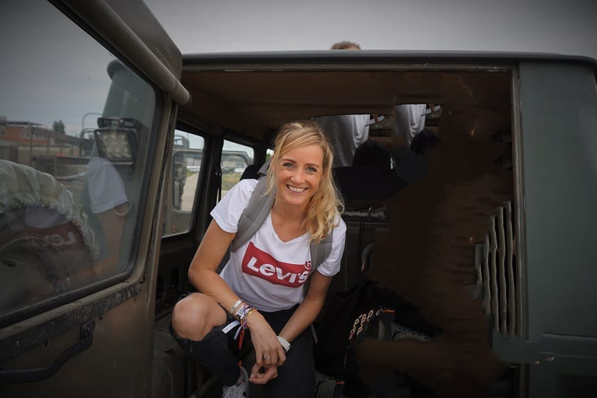 In de jeep op weg naar de eerste schietles