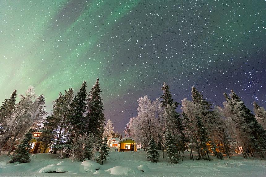 Noorderlicht boven de vakantiehuisjes van Harriniva.