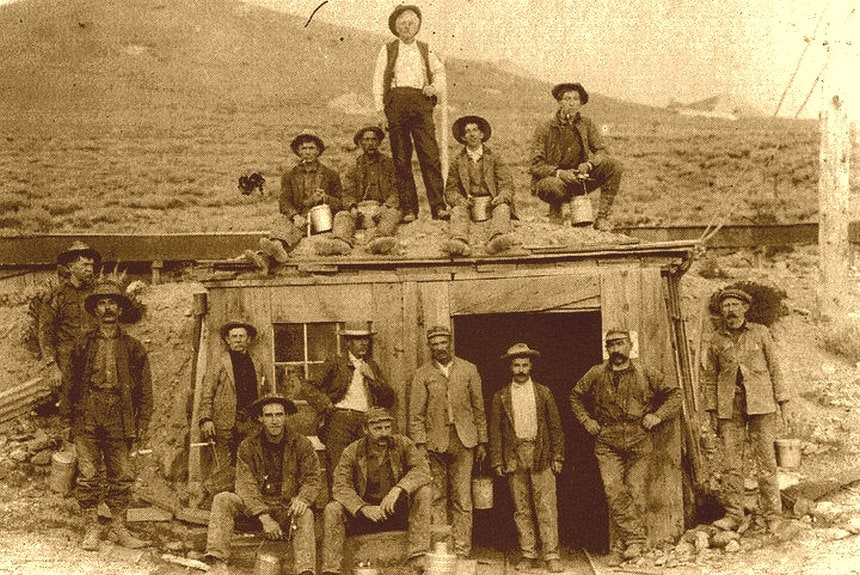 Schatgravers in Bodie tijdens de Gold Rush in 1875 (Bodie Foundation).