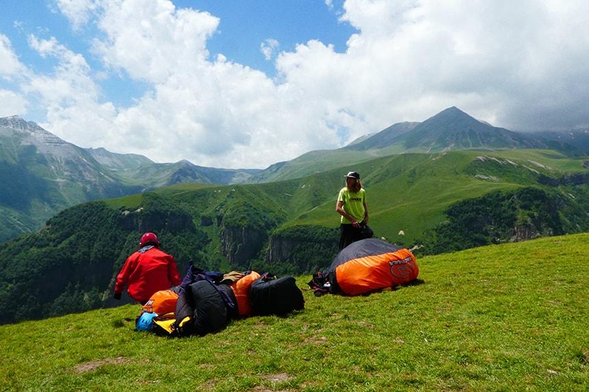 Paragliden in de bergen van Ganisi, in het Noorden van Georgië