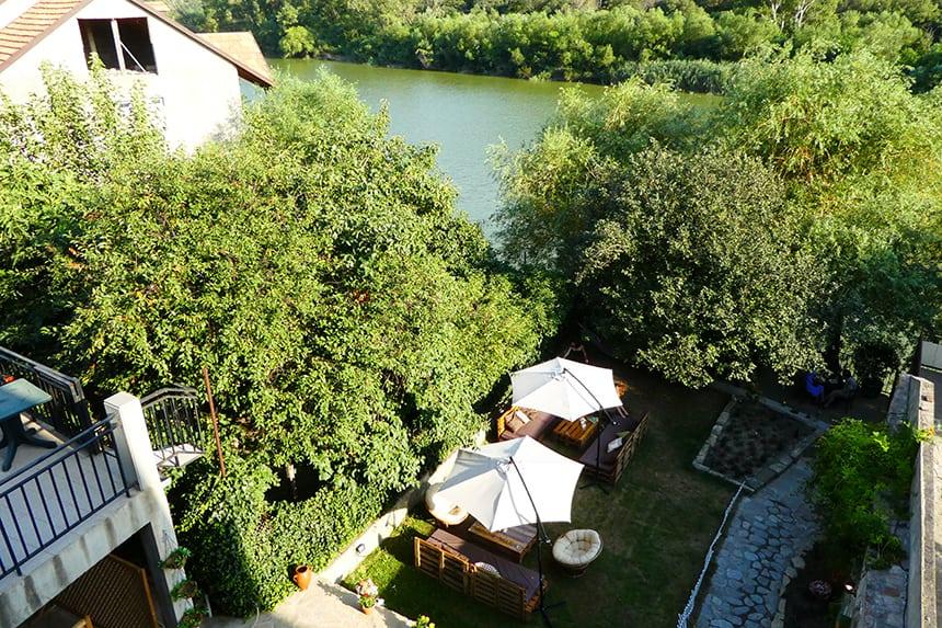 Restaurant Check-in Garden in Mtskheta met uitzicht op de Aragvi rivier