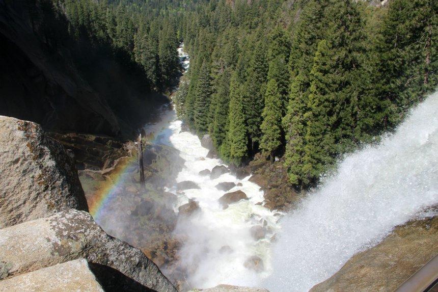 Wandelen in Yosemite National Park: regenboog aan de top van Vernal Fall