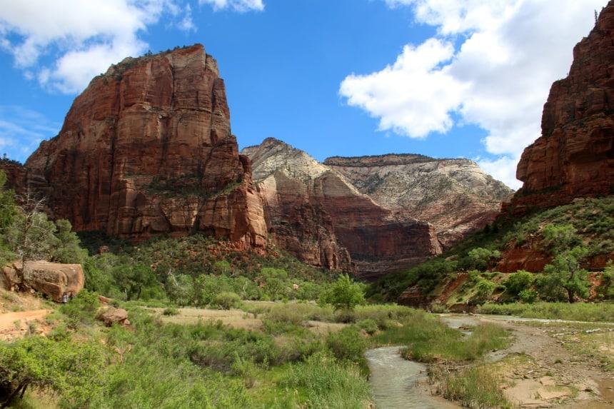 De Angels Landing hike start op de bodem van de Zion Canyon
