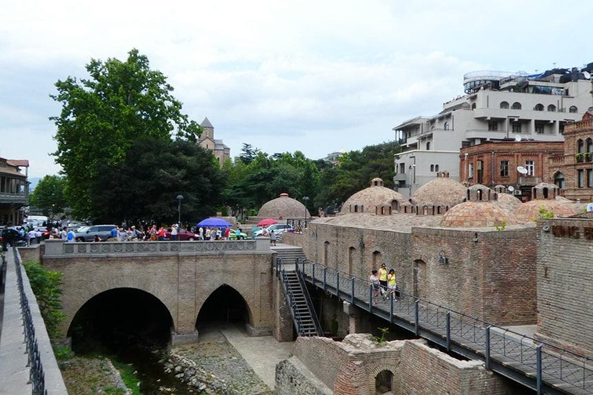 Daken van de Turkse badhuizen in Tbilisi