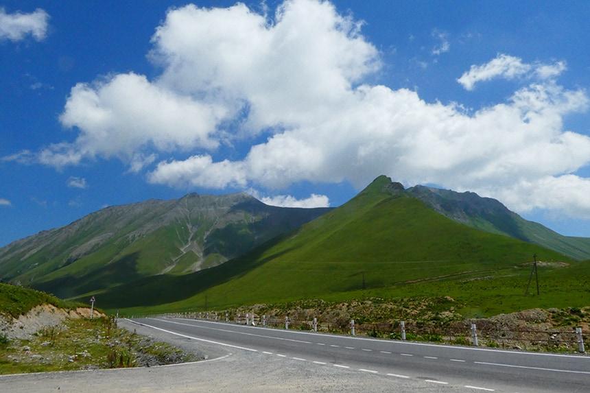 Uitzicht op het bergen van Ganisi, in het Noorden van Georgië