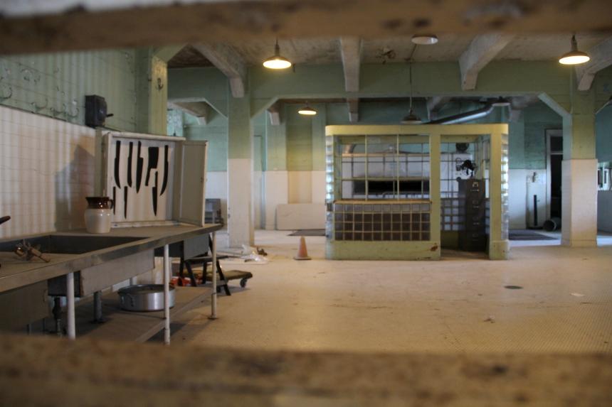 De keuken van de eens zwaarbewaakte gevangenis Alcatraz staat er verlaten bij..