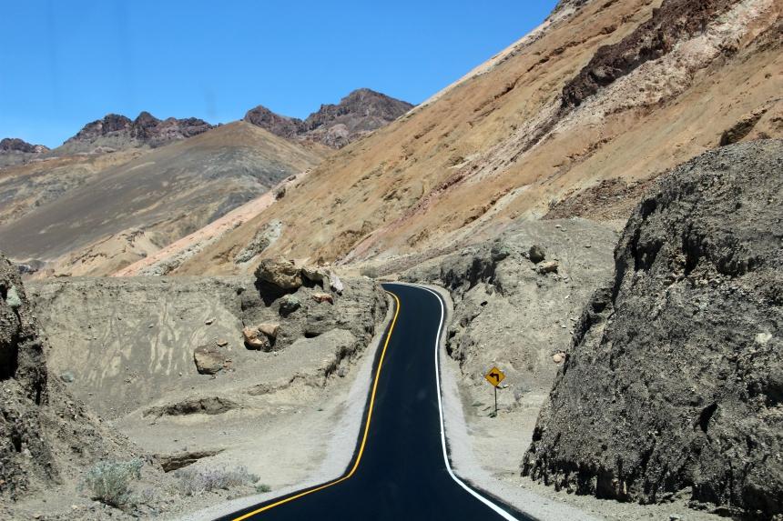 Avontuurlijk rijden: Artist's drive in Death Valley