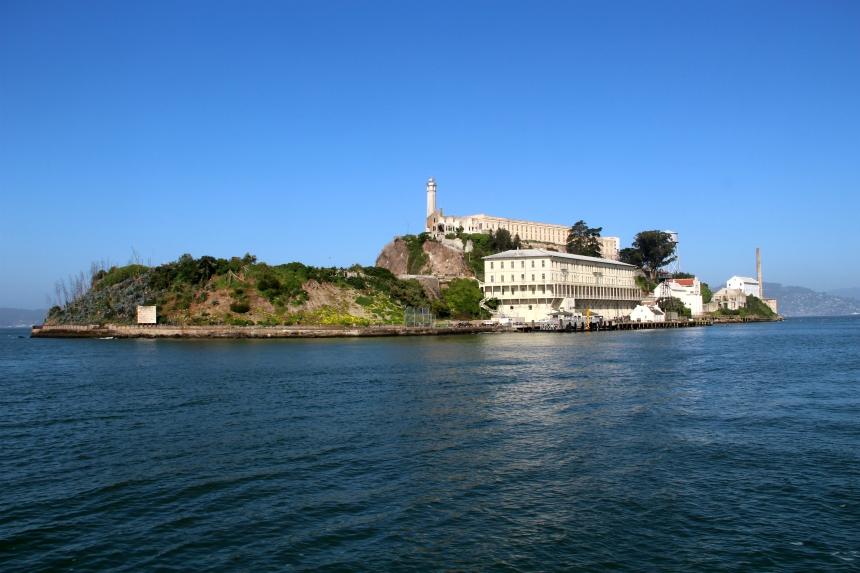 Hoe dichter de boot bij Alcatraz komt, hoe meer opvalt dat het eiland best groot is