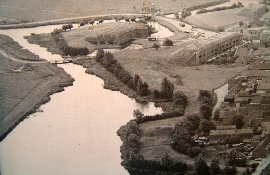 Historische luchtfoto van het Muizenfort in Muiden