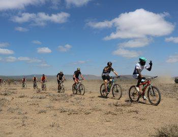 Met een Keniaanse professionele fietser door Kenia