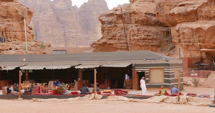 In Wadi Rum ben ik de eerste nacht in een bedoeïenenkamp aan de rand van de woestijn.