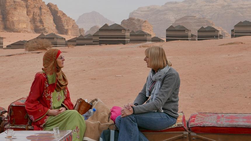 Brenda, de Nederlandse bedoeïen, verwelkomt ons in het kamp voor de eerste nacht in Wadi Rum.