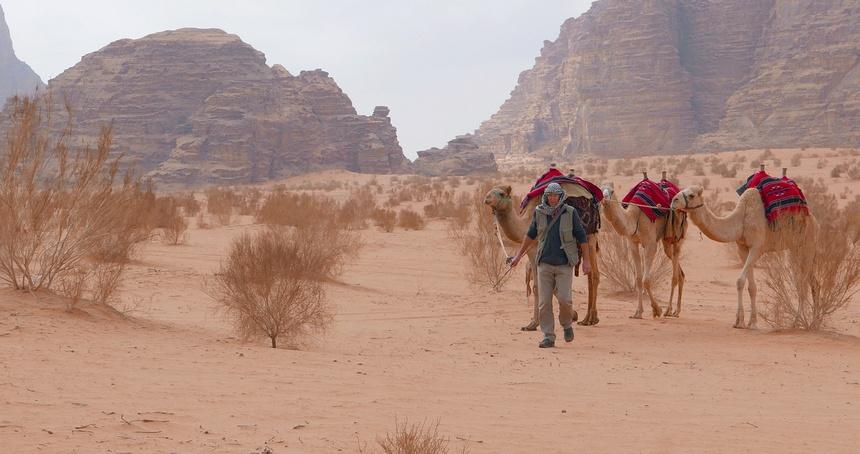Soms lopen we met de kamelen want je wordt erg stijf van een dag zitten!