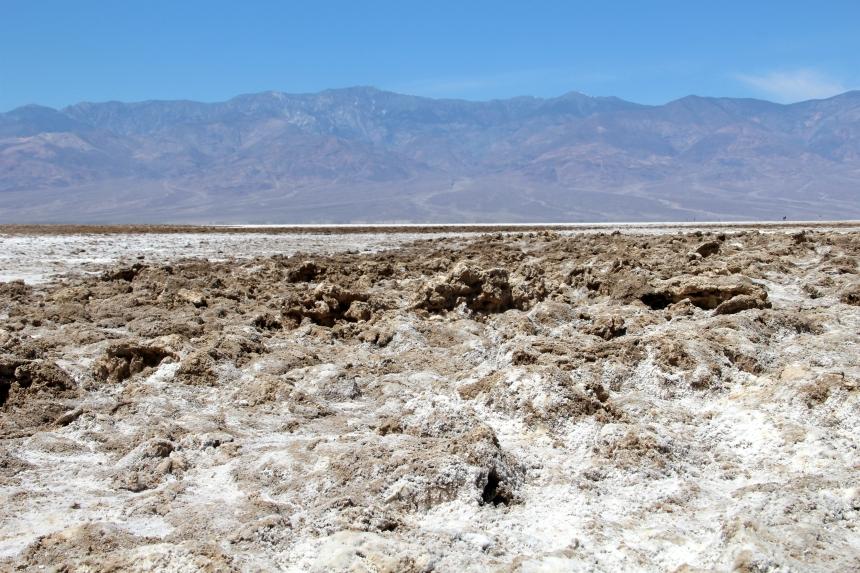 Je loopt bij Badwater Basin over de vlakte van een opgedroogd zoutmeer