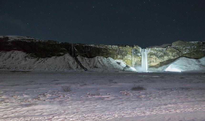 De Seljalandfosswaterval bij nacht