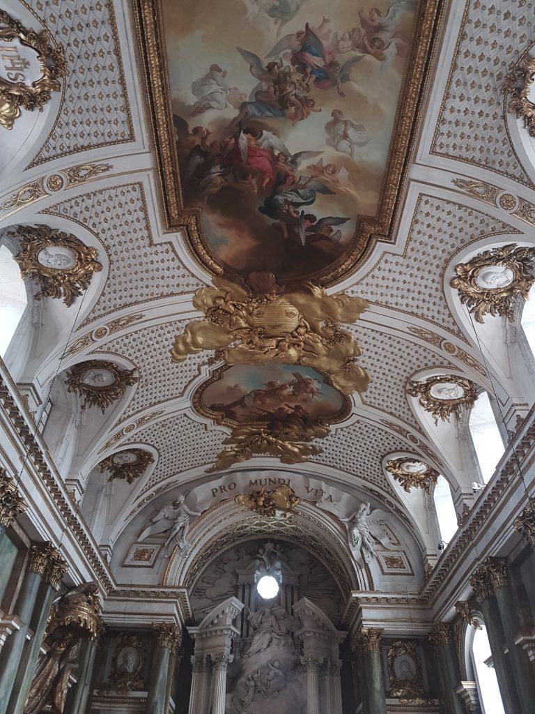 De indrukwekkende beschilderingen op het plafond in Kungliga Slottet
