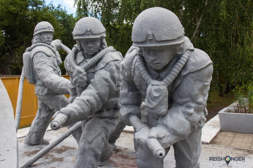 Voor de kazerne staat een monument ter ere van de brandweerlieden die het vuur destijds hebben betreden en dat met de dood hebben moeten bekopen