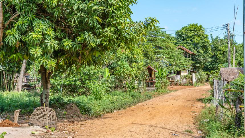 Sankhom - de weg uit het dorp Laos