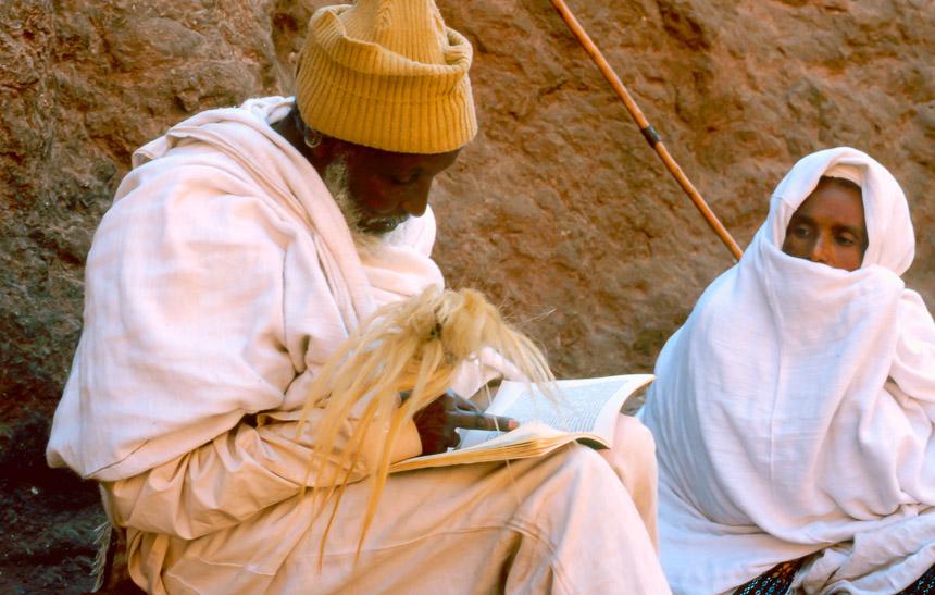 Pelgrims lezen de bijbel tijdens Leddeth (Kerst) in Ethiopië