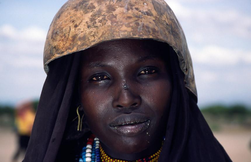 Erbore vrouw met kalebas hoofddeksel in Ethiopië