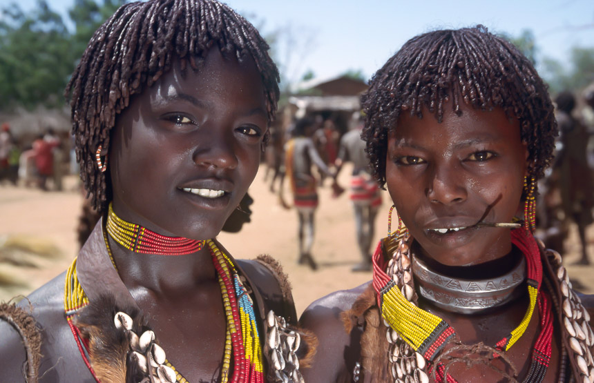 Hamer meisjes in Turmi in Ethiopië