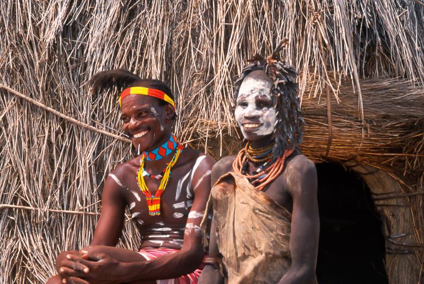 Echtpaar van de Karo stam in Ethiopië