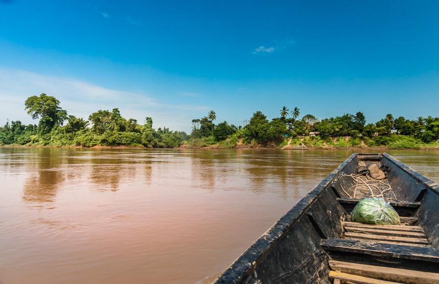 Een dorp lang de oever van de Mekong