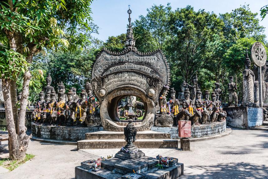 Het wiel des levens - een beeldengroep in Nong Khai