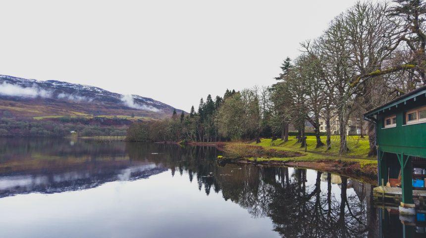 Het spiegelgladde meer van Loch Ness