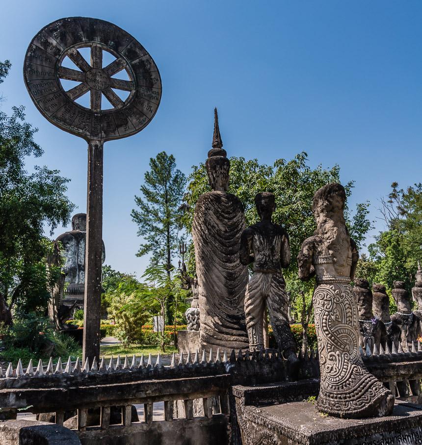 Man en vrouw volgen de Boeddha naar het Nirvana in de beeldentuin van Nong Khai