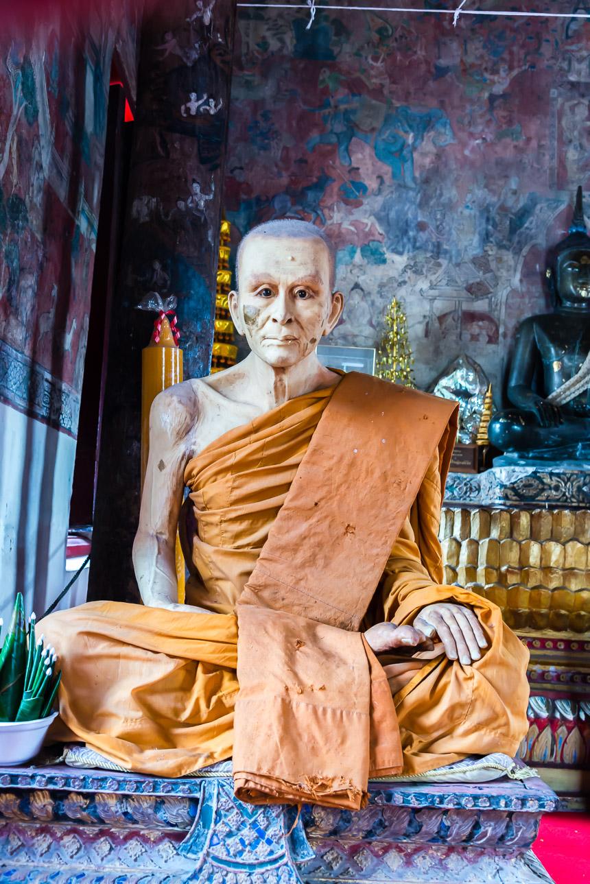Levensecht beeld van een monnik in Ubon Ratchatani