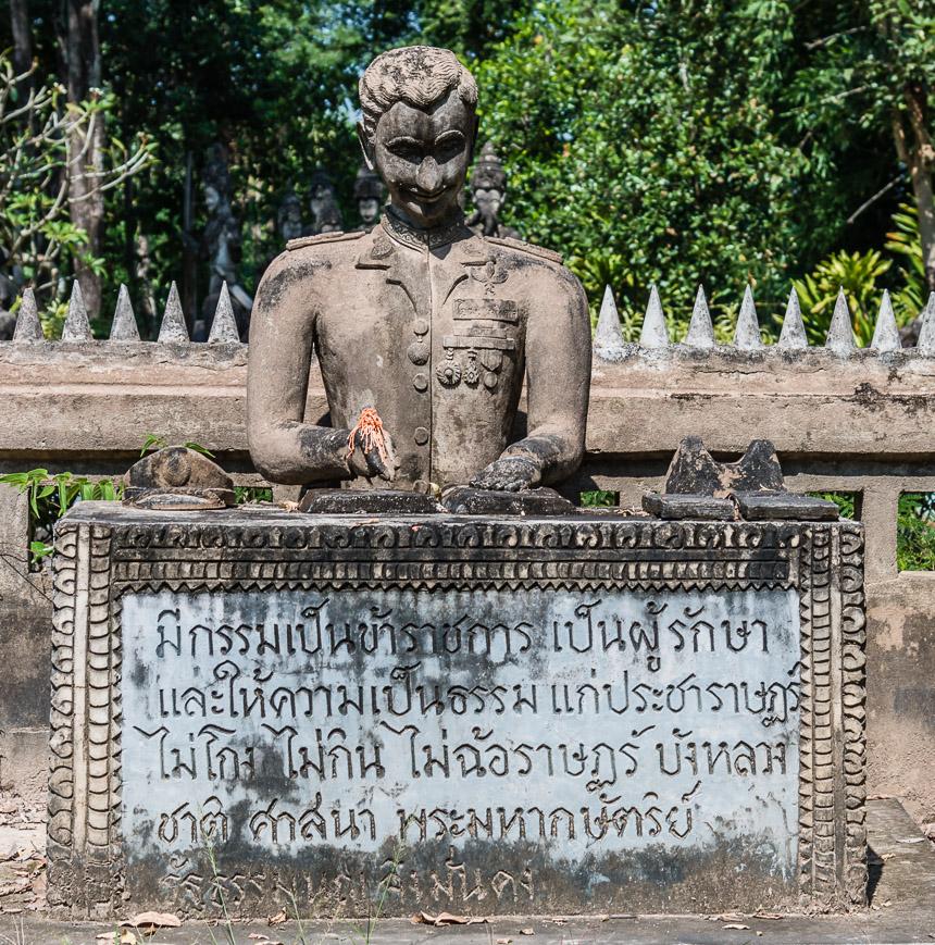Het beeld van bureaucratie in de beeldentuin van Nong Khai