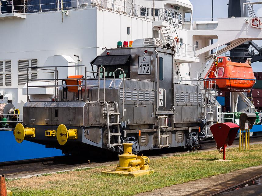 Een sleeplocomotief in het Panamakanaal
