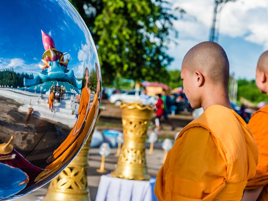 Jonge monniken in Phon Phisai bij de Lotustempel