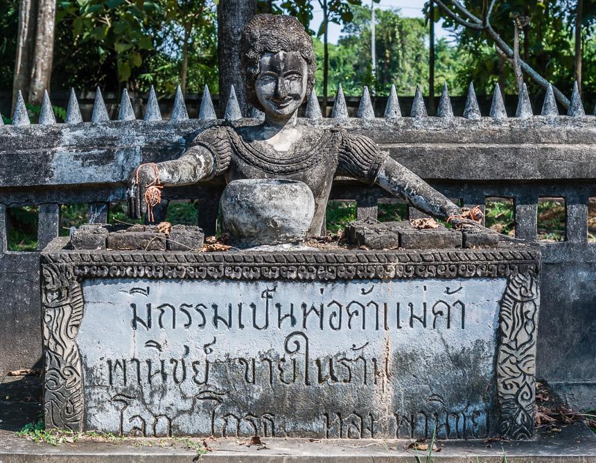 De zakenvrouw in de beeldentuin van Nong Khai