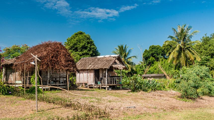 De hutjes van het Buoy guesthouse in Sangkhom