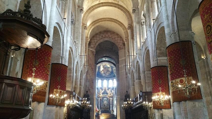 Aangezien de Basilique Saint-Sernin op de pelgrimsroute naar Santiago de Compostella lag moest de kerk voorzien zijn om een groot aantal gelovigen te kunnen ontvangen.