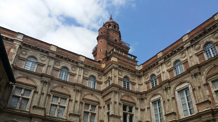Torens zijn in Toulouse werkelijk overal in het centrum te vinden
