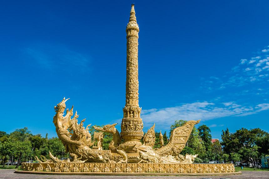 Gouden beeld in het park van Ubon Ratchatani in Thailand
