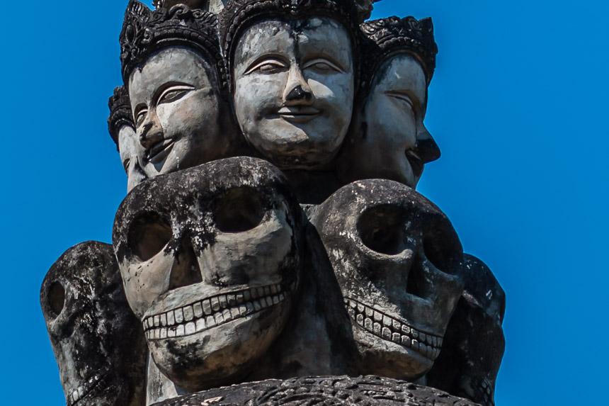 Kwaadaardig en goed gezicht in de beeldentuin van Nong Khai