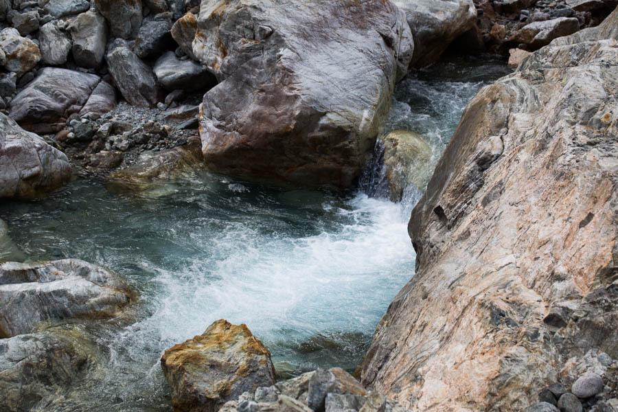 Overal zijn riviertjes met smeltwater vanuit de bergen