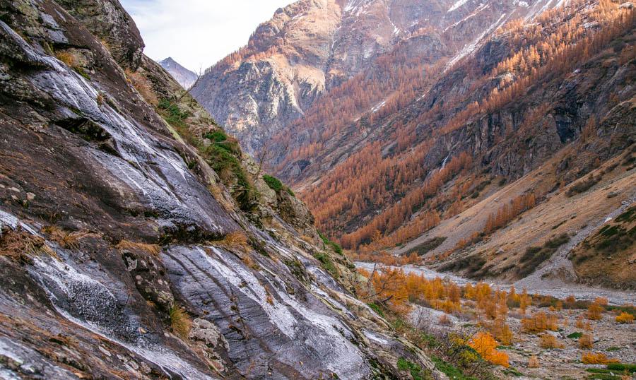 rotsachtig terrein rondom de stromende rivier