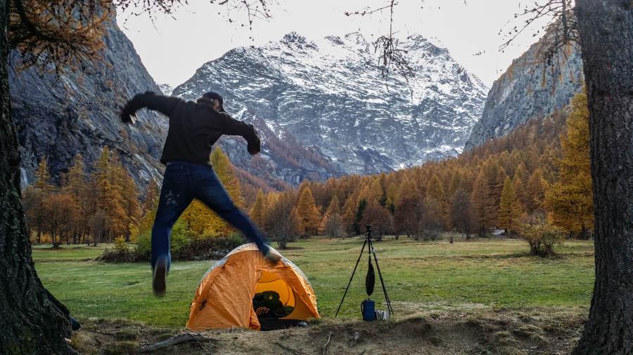 Een vreugdesprong bij onze prachtige kampeerplek in Ailefroide