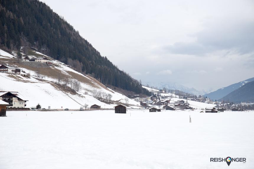 Het dorpje Neustift is gehuld in een pak sneeuw