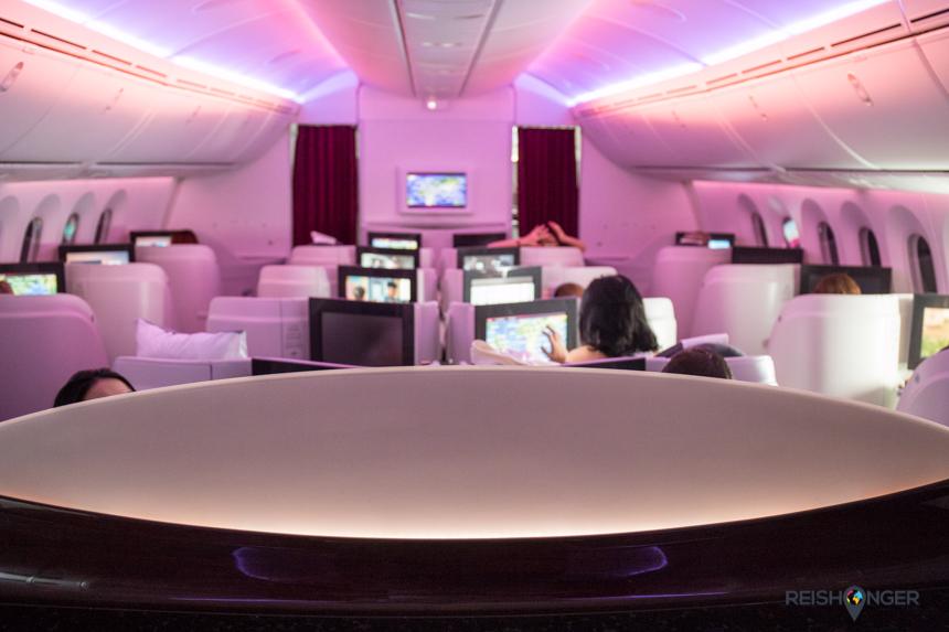 Het design van de Qatar business class is strak met warme lichtkleuren