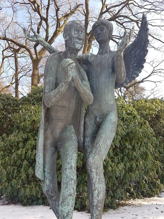 Grafbeeld bij de hoofdingang van de Ohlsdorfer Friedhof begraafplaats in Hamburg, Duitsland